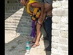 hindu disinclined muslim thekedar se kutiua ban kar chudwa rahi thi